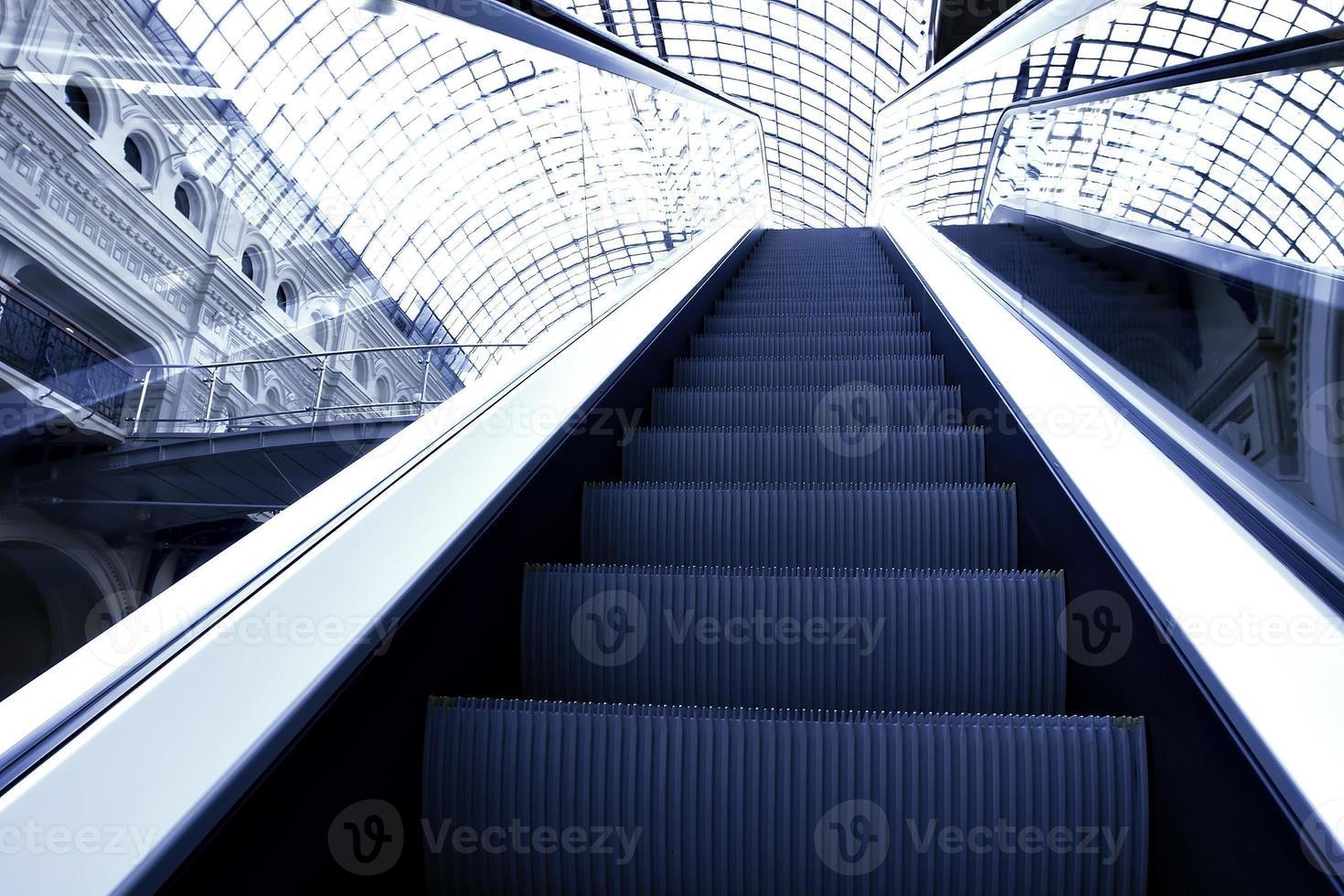 Escalier mécanique en mouvement dans le centre de bureau photo