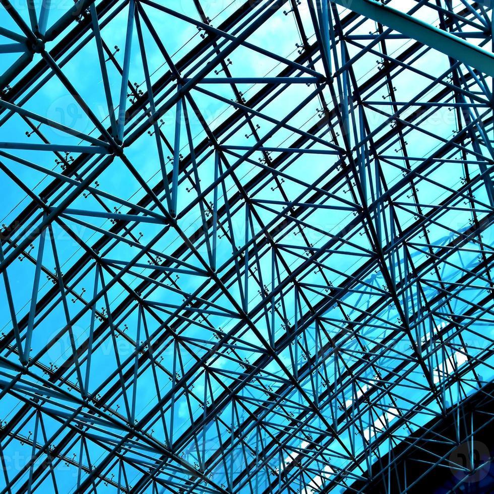 plafond géométrique bleu abstrait dans le centre de bureau photo