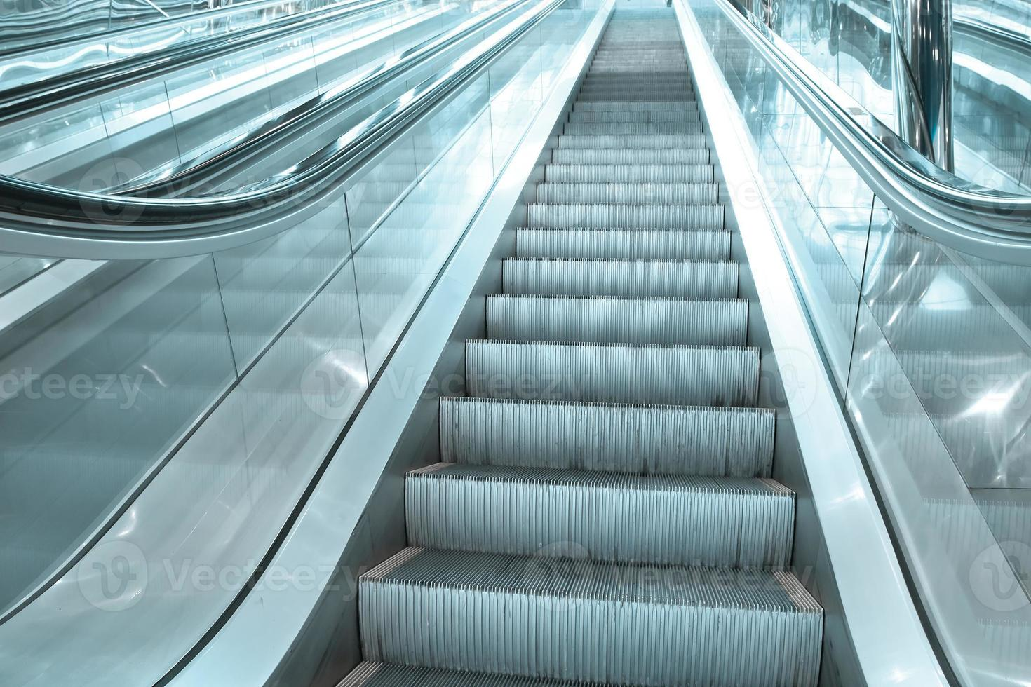 Escalier mécanique en mouvement contemporain à l'intérieur du hall bleu des affaires photo
