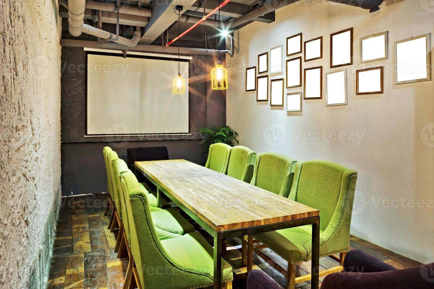 salle de réunion vide et table de conférence photo
