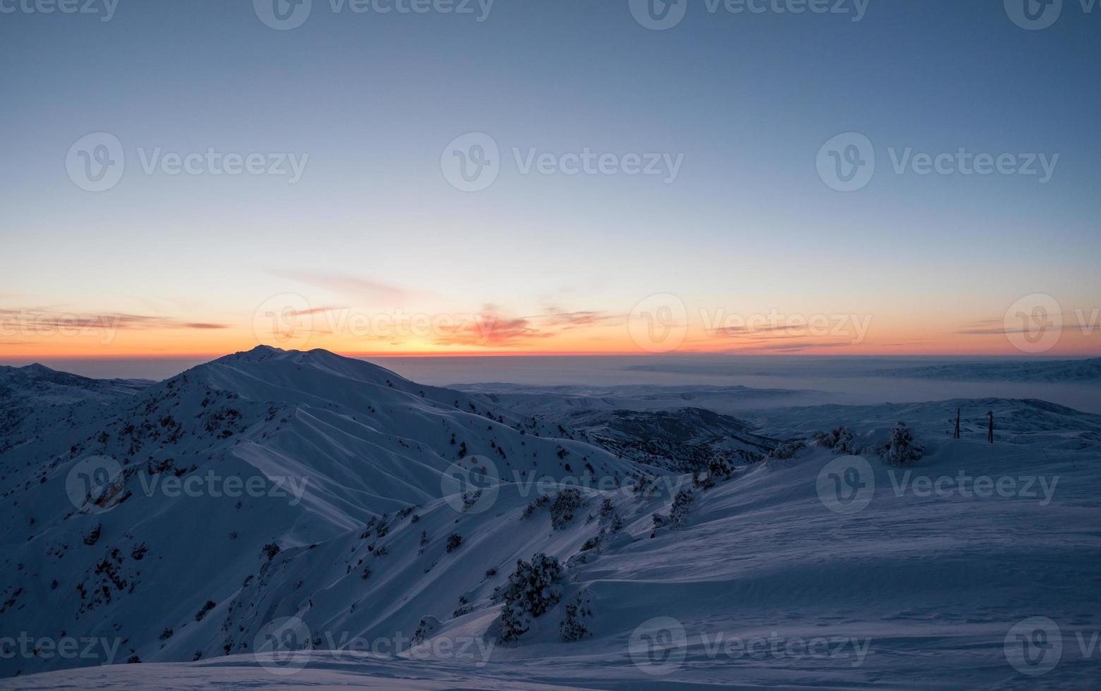 station de ski dans les montagnes d'hiver photo