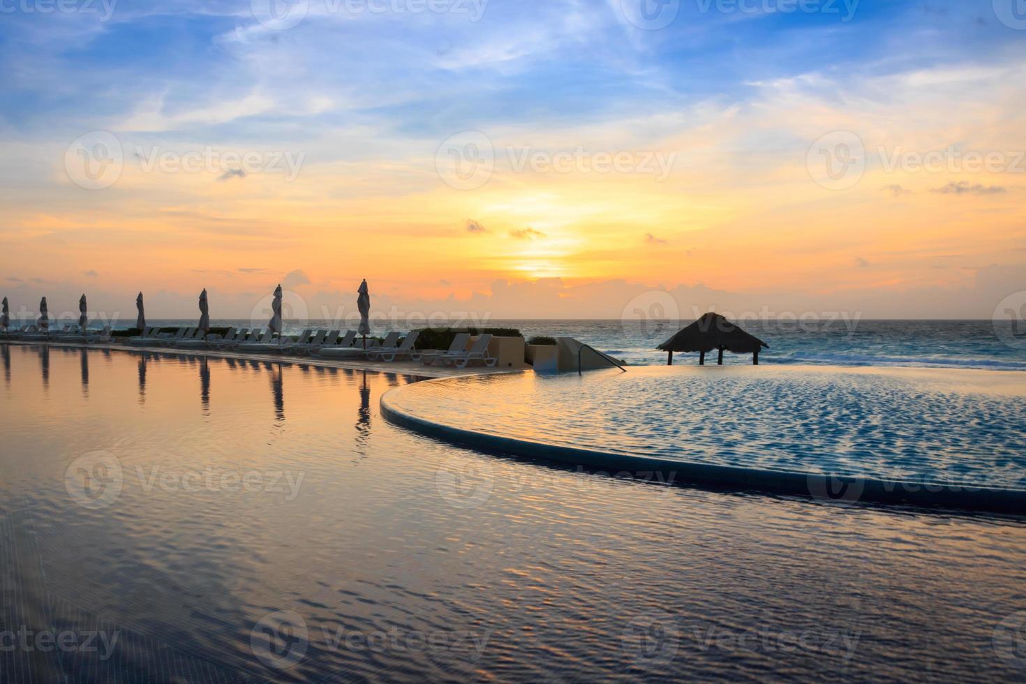 piscine à débordement au lever du soleil photo