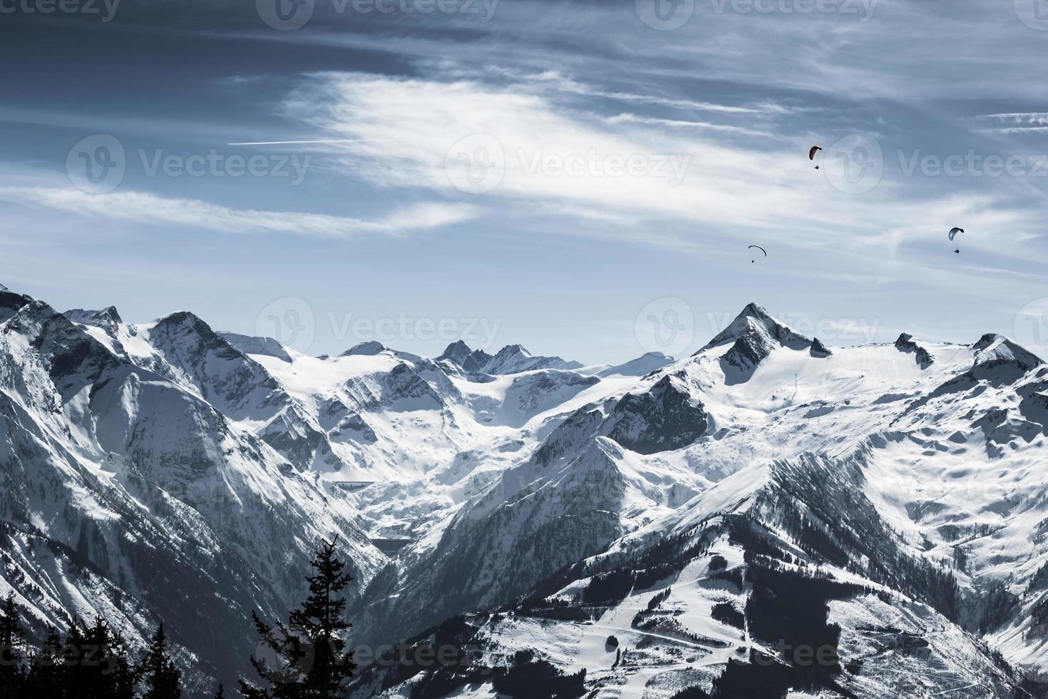 belle piste de ski de montagne avec kitzsteinhorn en arrière-plan photo