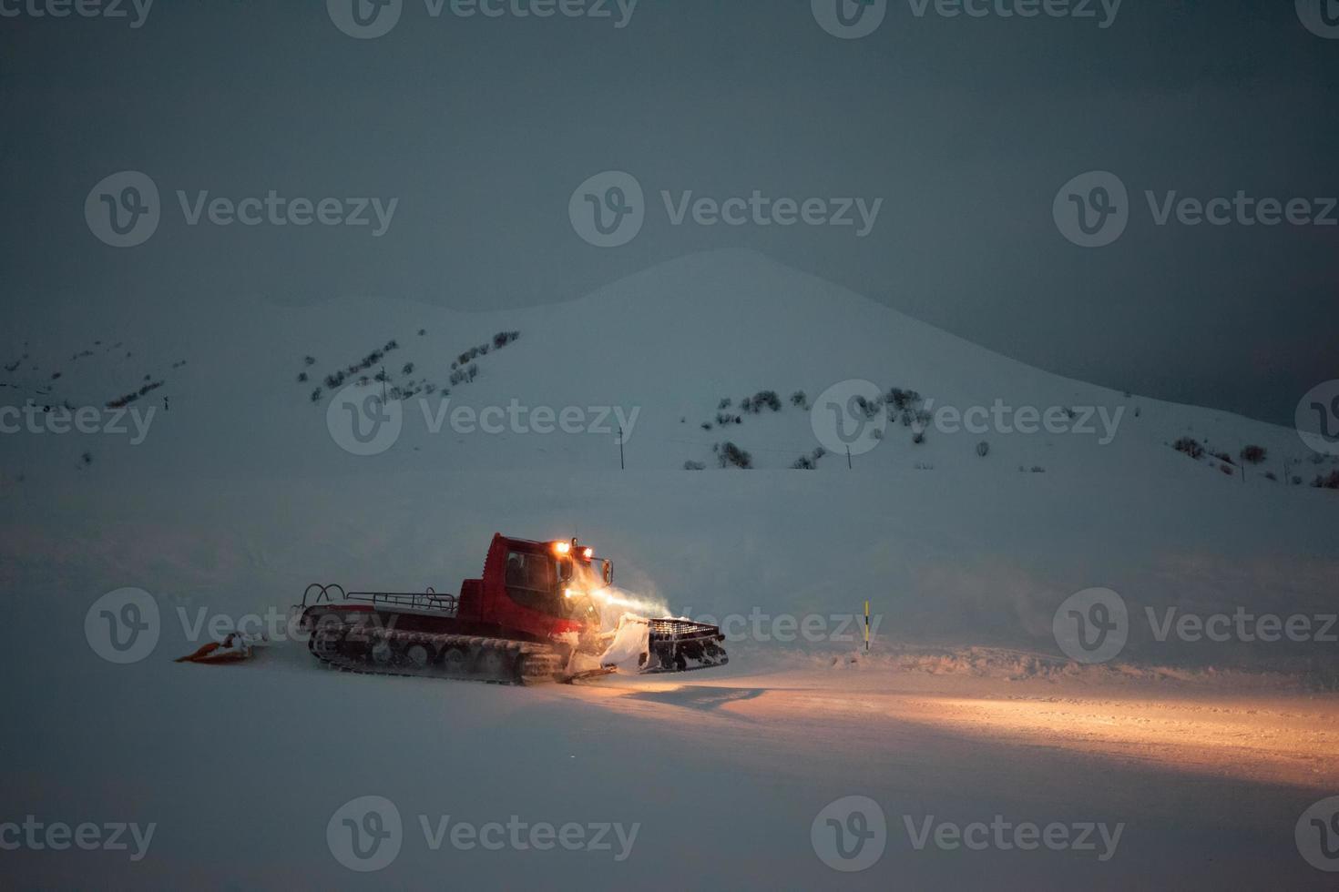 snowcat prépare snowtrace dans les montagnes d'hiver de la géorgie photo