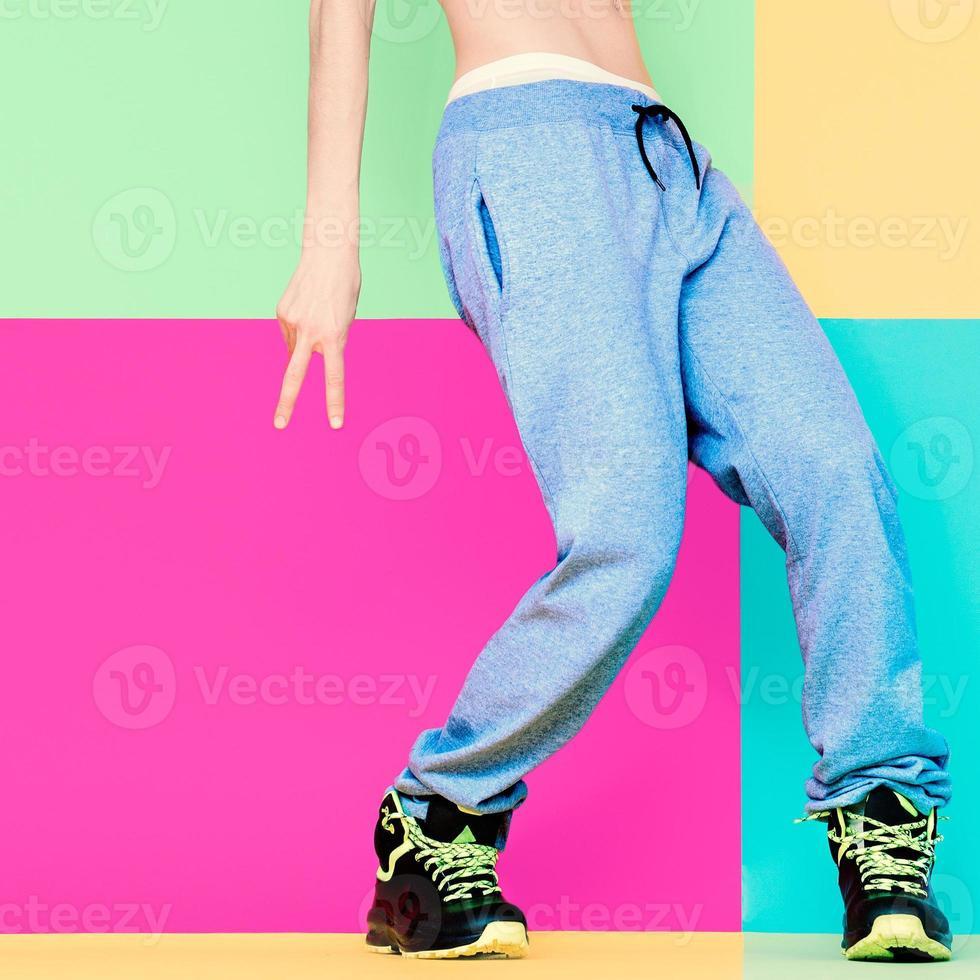 pieds du danseur sur fond clair. danse, actif, sport, fash photo