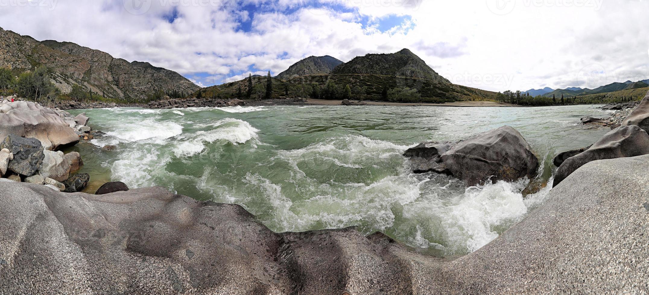 montagne et le magnifique rivage d'une rivière de montagne. photo