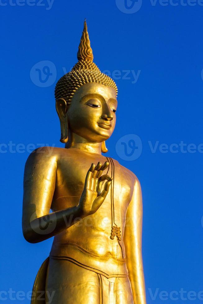 debout statue de Bouddha d'or en Thaïlande photo