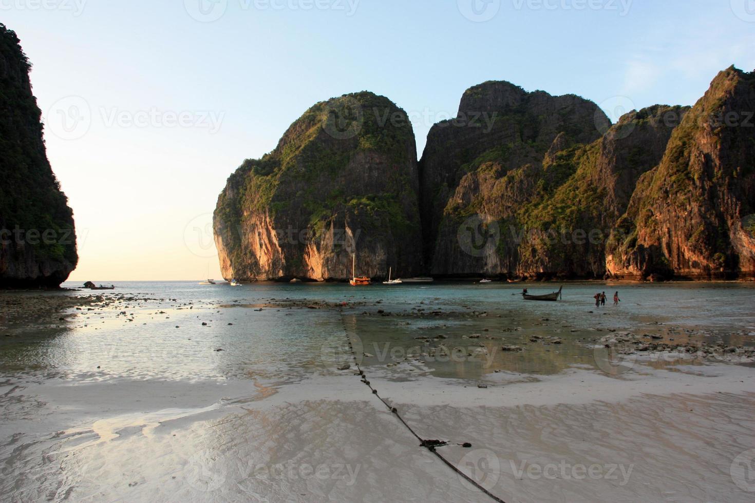 Maya Bay pendant le coucher du soleil, Thaïlande photo