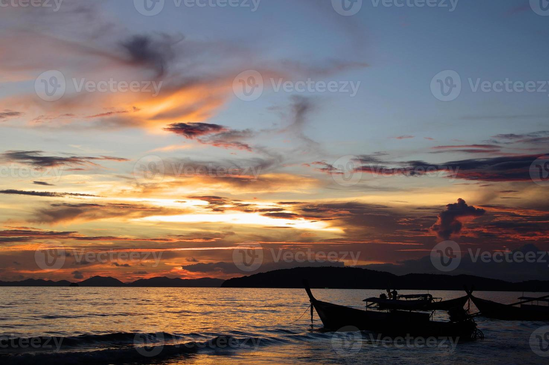 coucher de soleil sur la mer d'Andaman, la plage d'Ao Nang, Thaïlande. photo