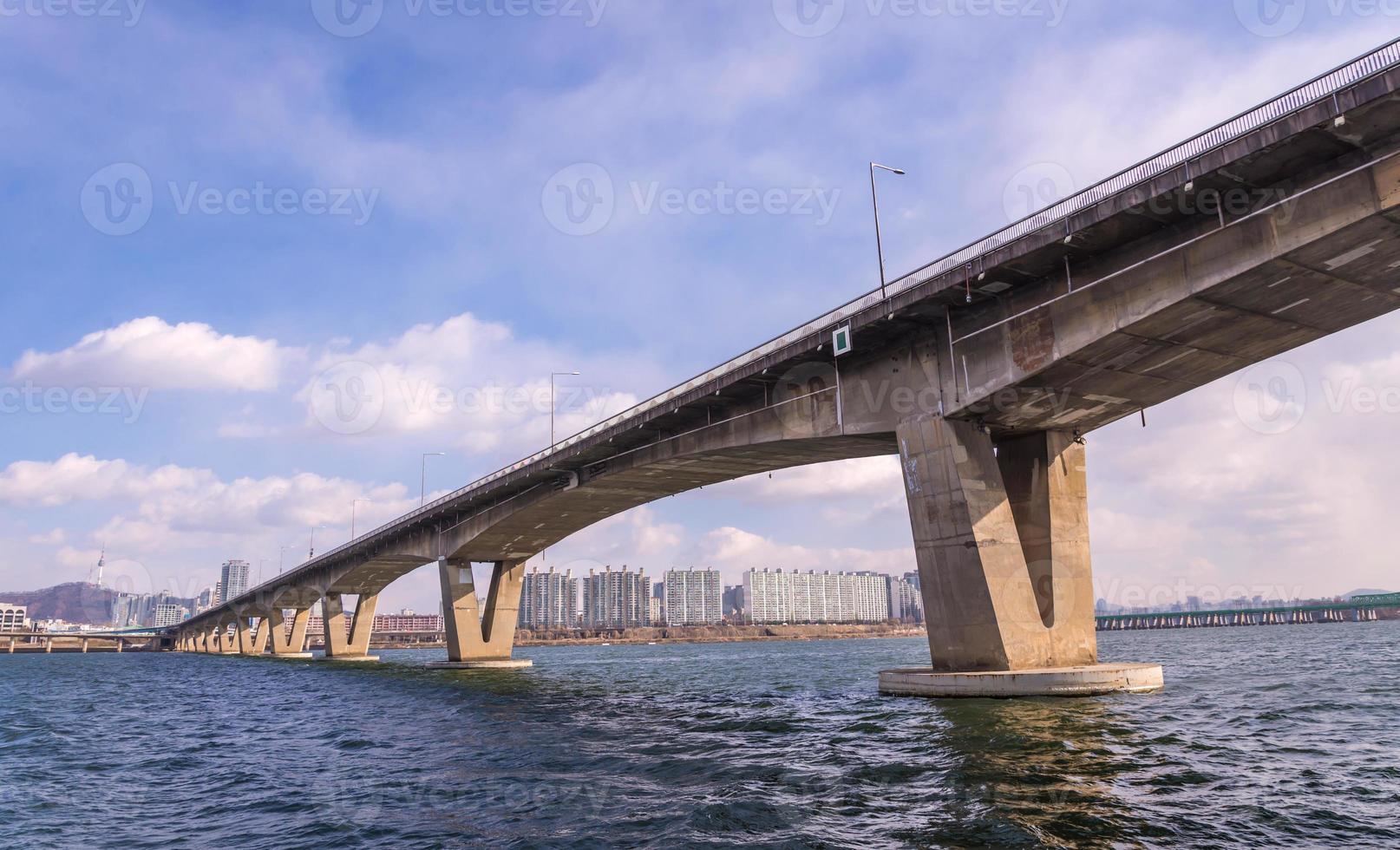 Grand pont routier sur la rivière à Séoul, Corée photo