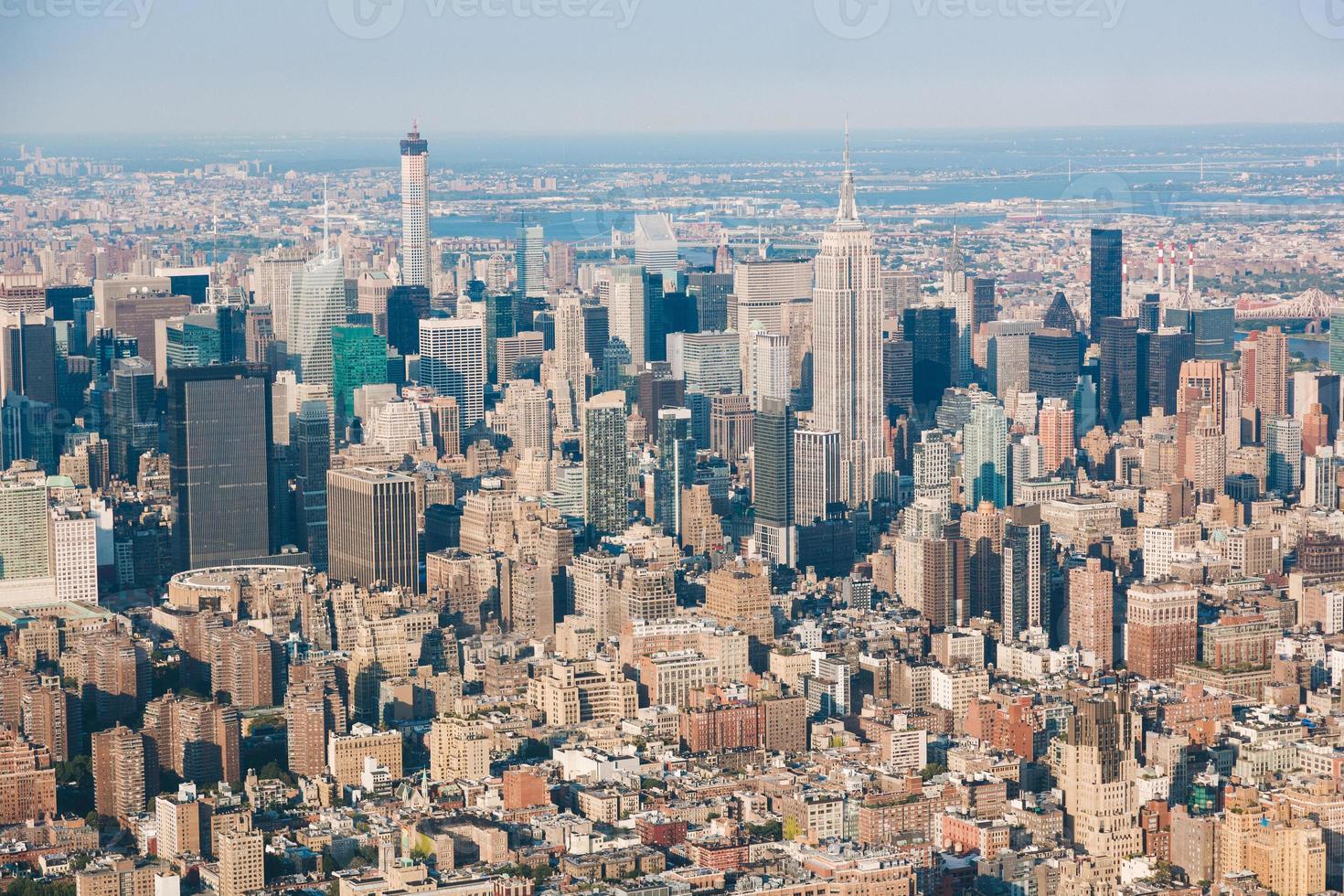 Vue aérienne de New York depuis l'hélicoptère, le paysage urbain et les gratte-ciel photo