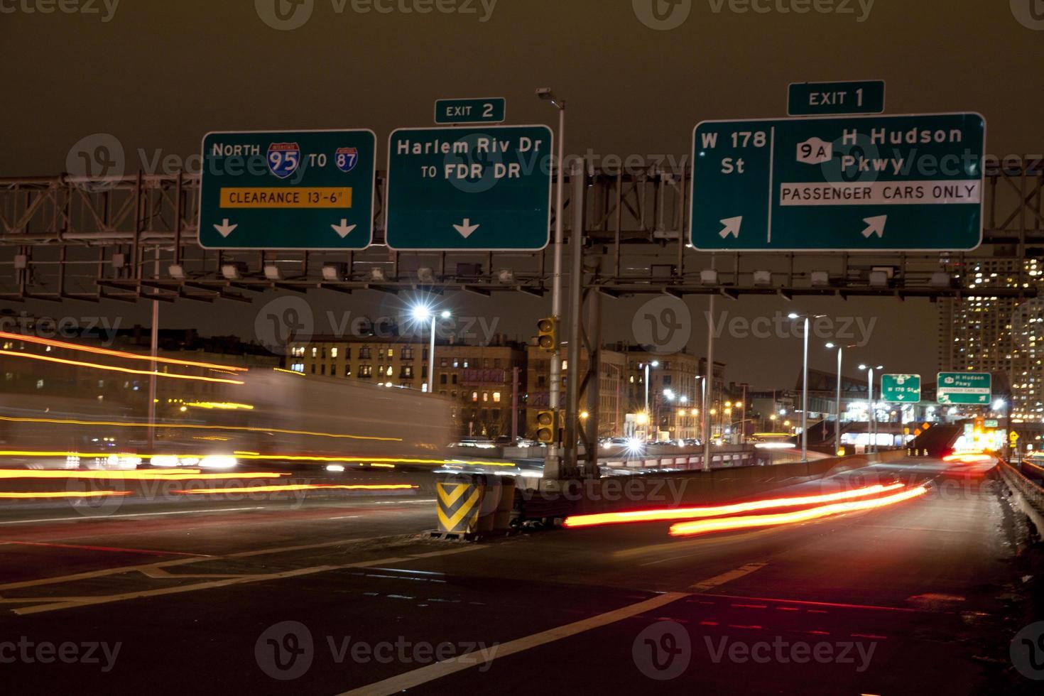 Sentiers de feux de circulation au pont George Washington photo