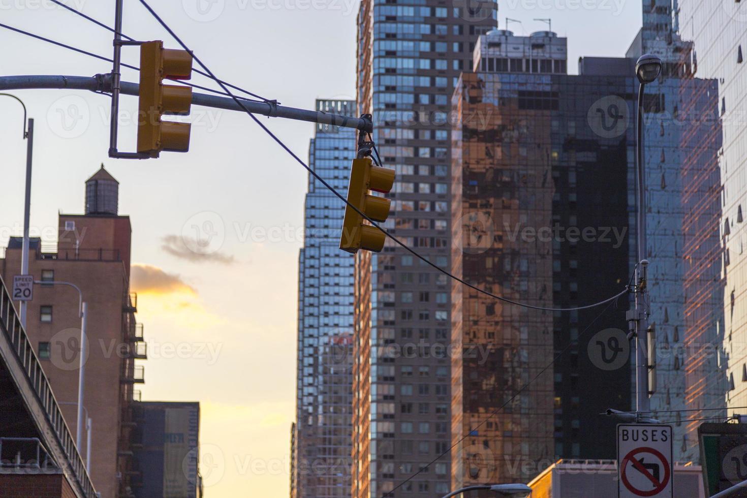 Feu de circulation avec des gratte-ciel en arrière-plan à New York au coucher du soleil photo