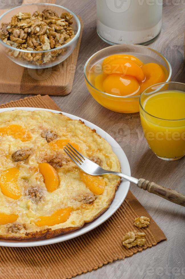 omelette aux oeufs avec noix et pêches photo
