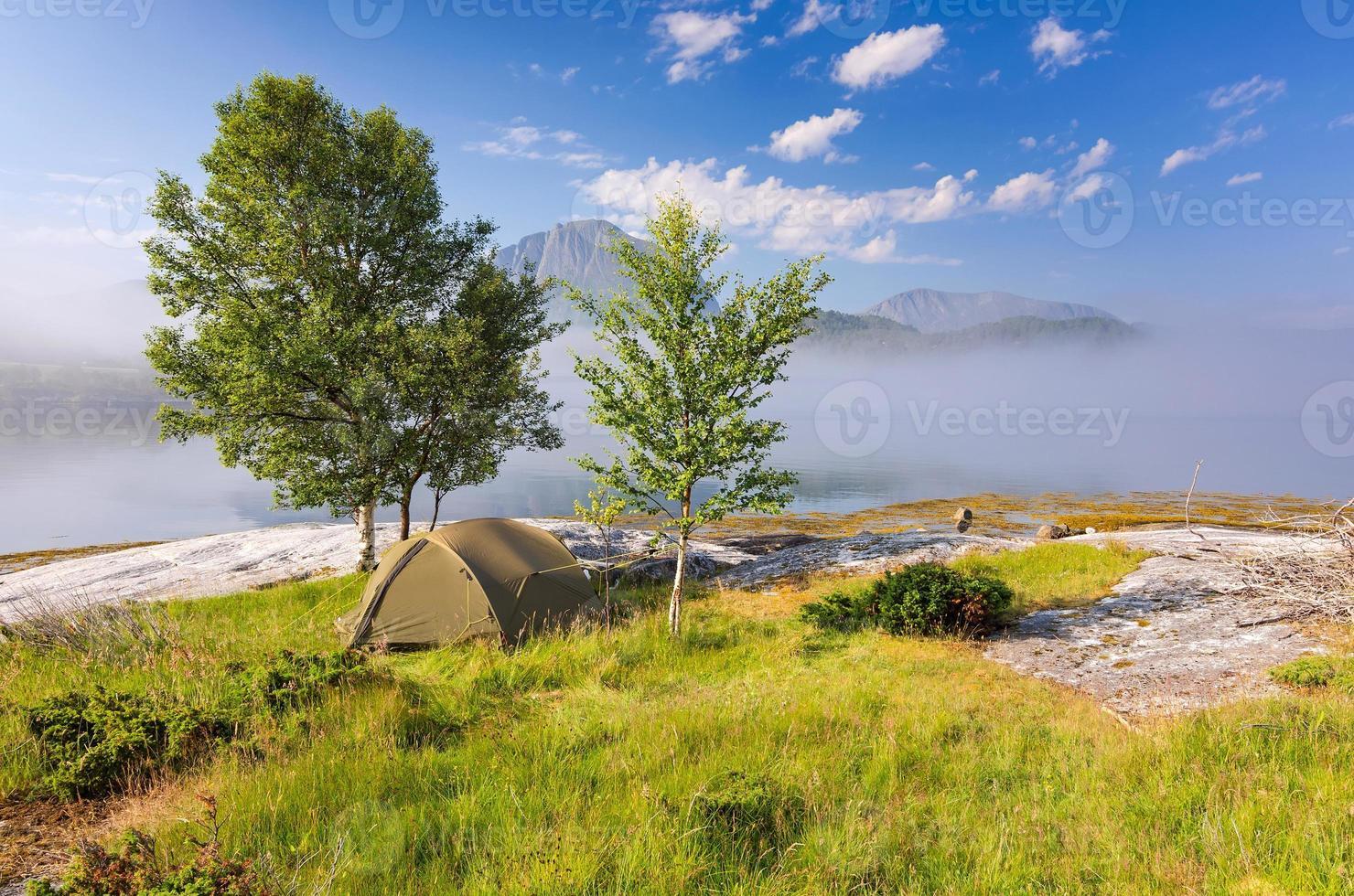 camp sauvage dans un magnifique paysage brumeux photo