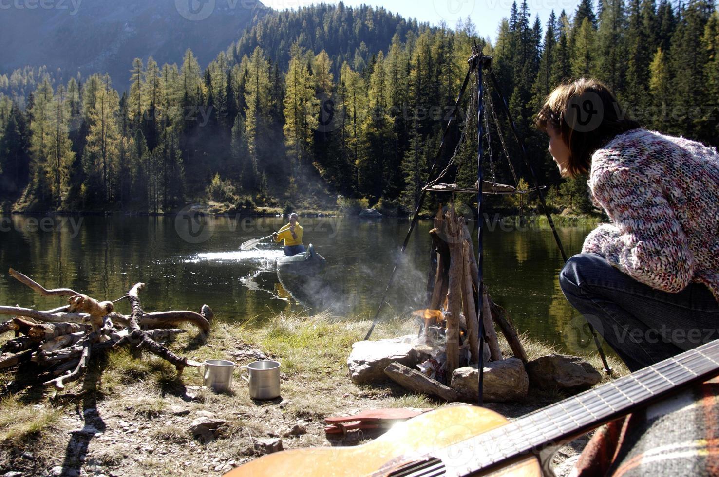 homme et femme camping au lac photo