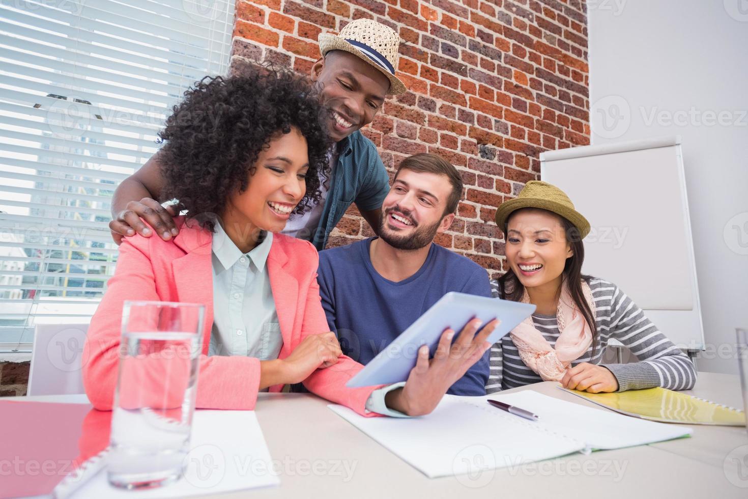équipe créative utilisant une tablette numérique en réunion photo