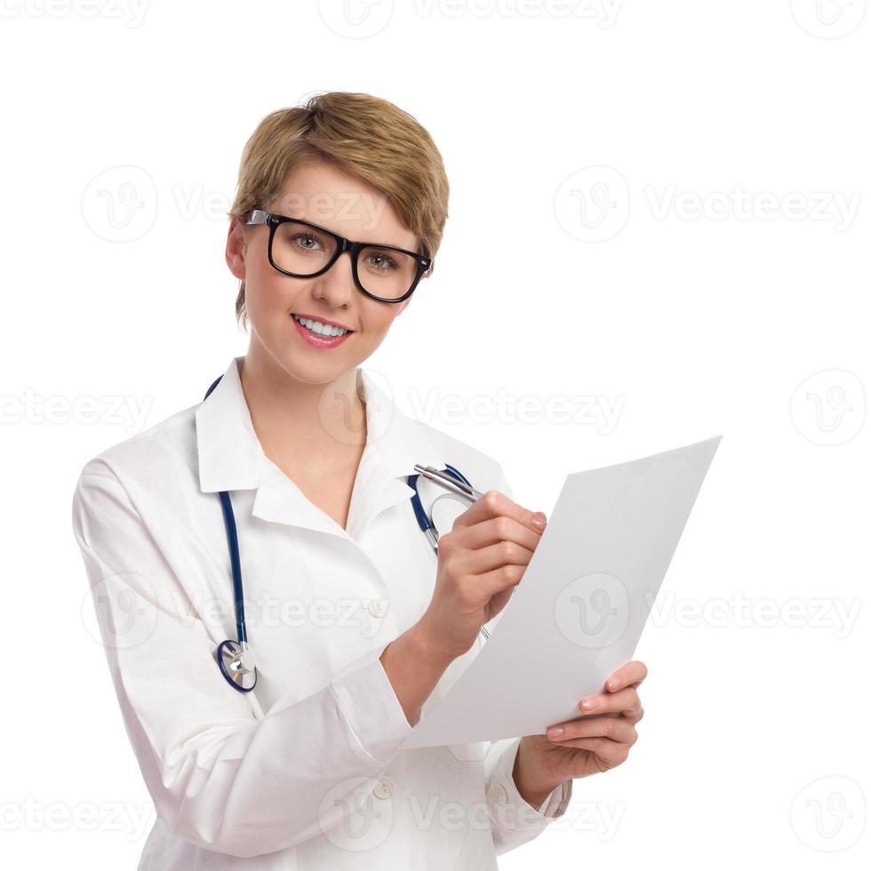 femme médecin gai avec des documents. photo