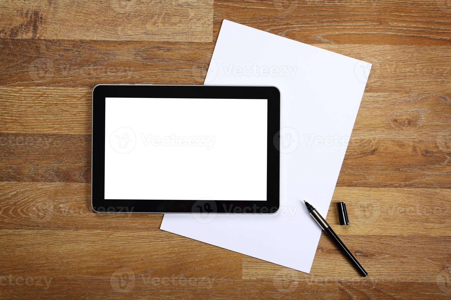 tablette et documents sur la table de bureau. photo