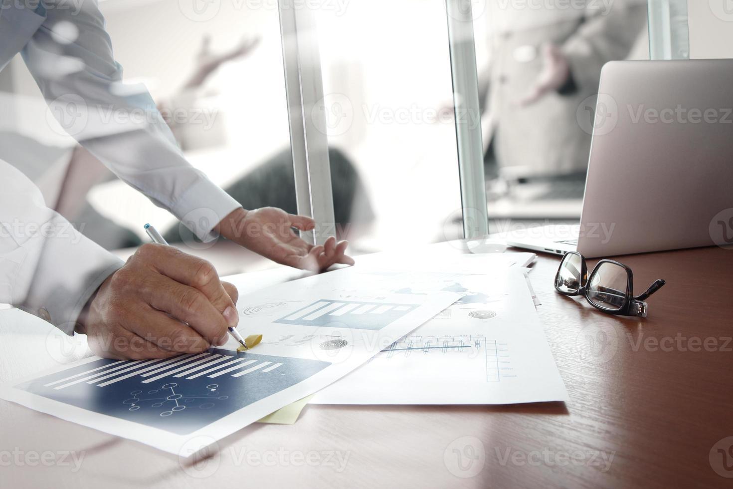 documents d'affaires sur la table de bureau avec téléphone intelligent photo