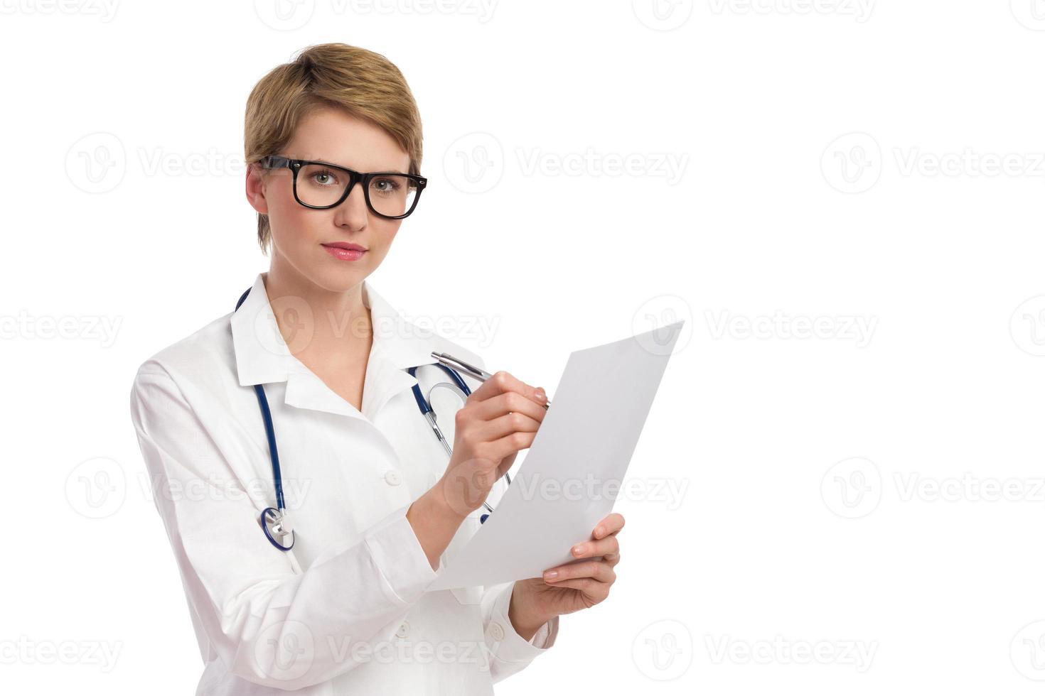 travailleuse en soins de santé sérieux avec des documents. photo