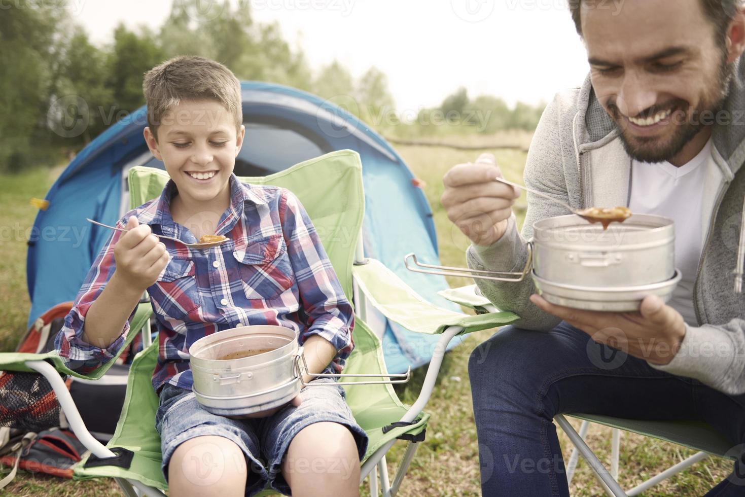 soupe chaude après une longue journée de camping photo