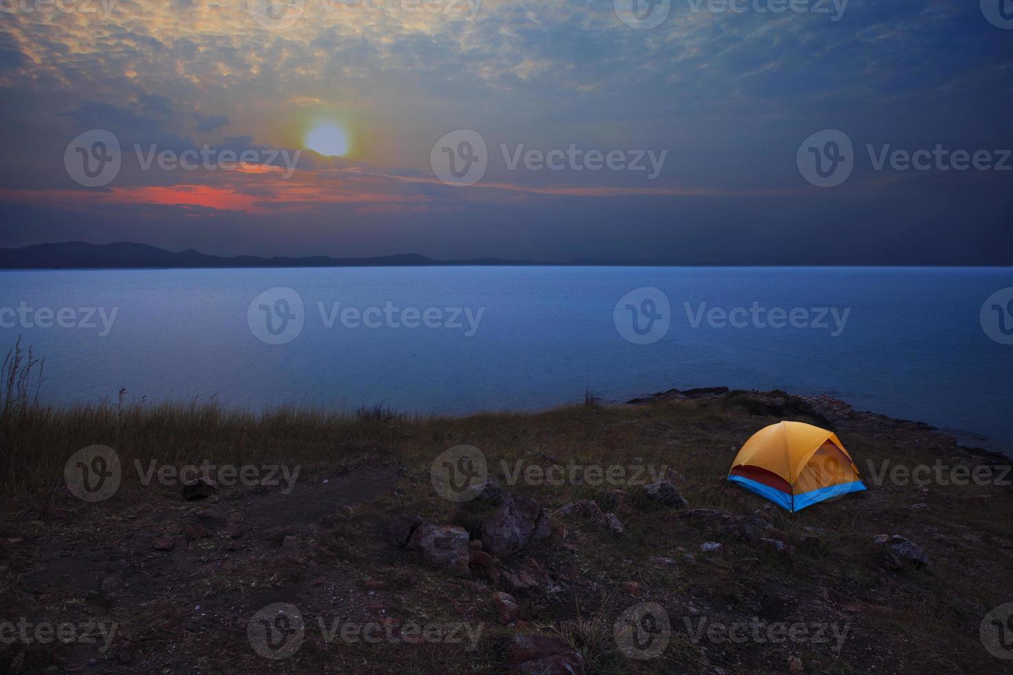 tente de camping à côté de la plage de la mer avec ciel du matin photo