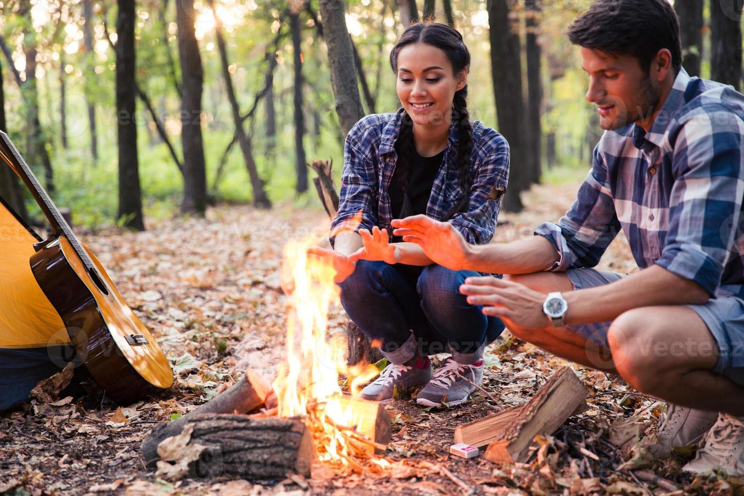 couple heureux et feu de joie photo