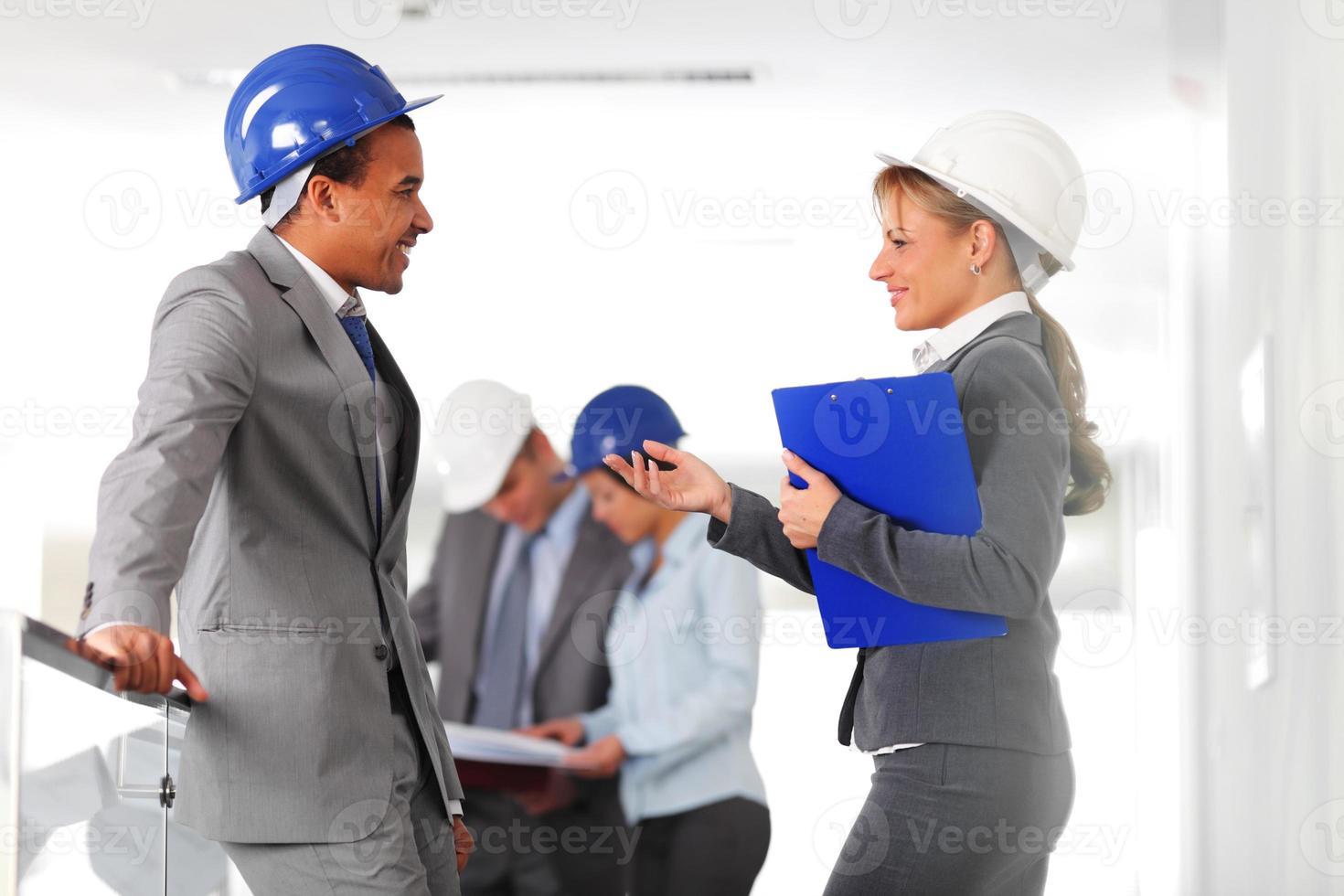 deux architectes discutent, changent d'expérience. photo