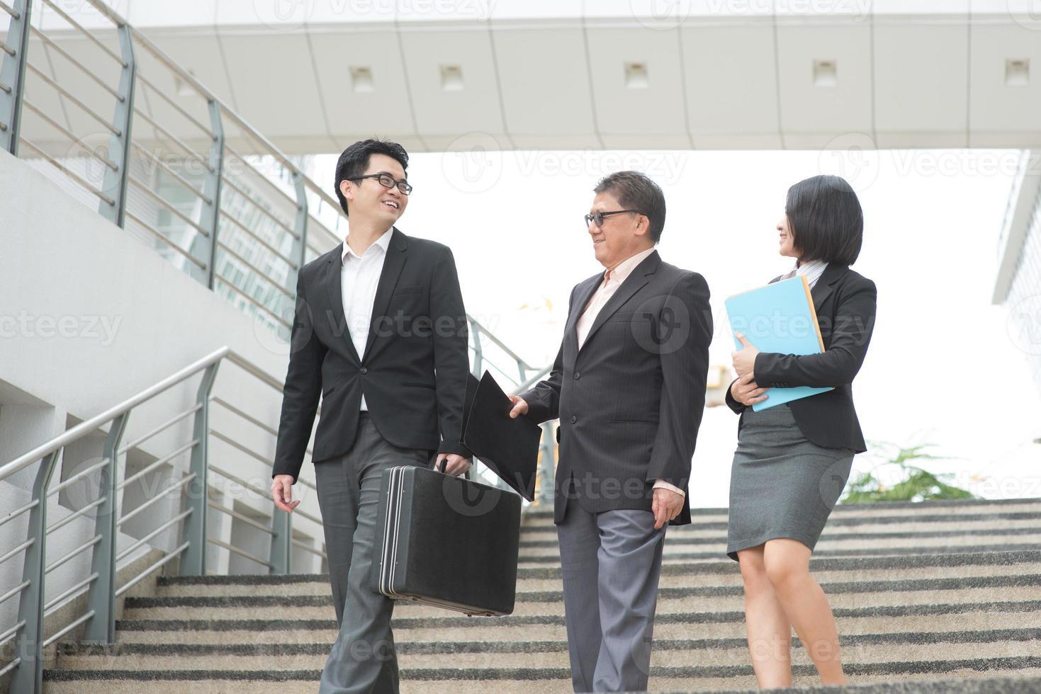 réunion de l'équipe commerciale asiatique photo