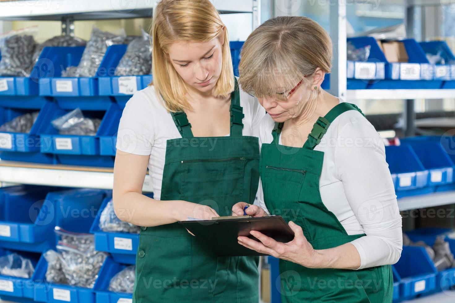 femmes travaillant dans l'entrepôt photo