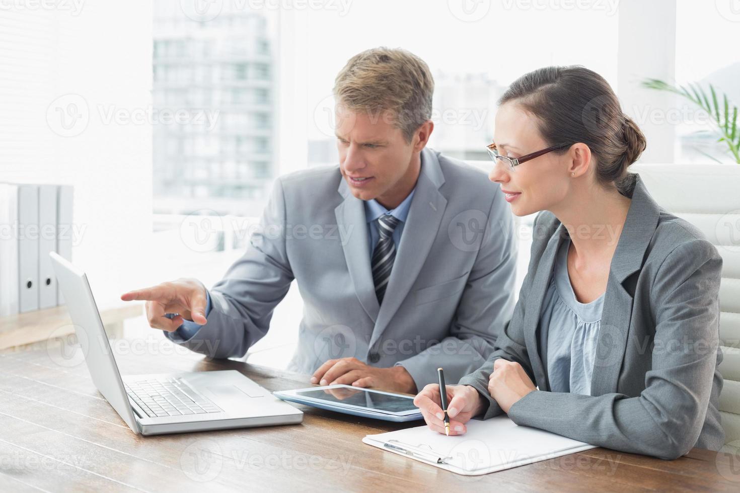 partenaires commerciaux travaillant ensemble photo