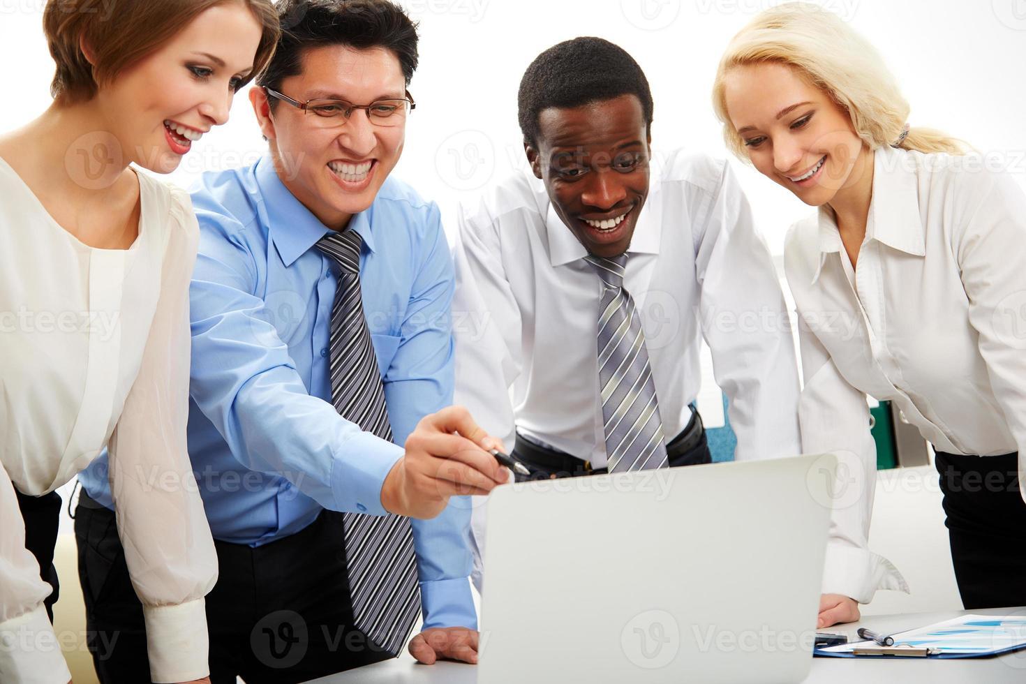 gens d'affaires travaillant ensemble. photo