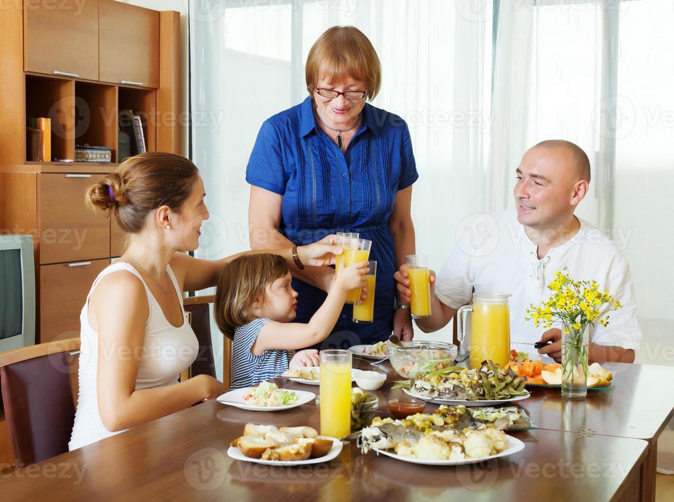 famille de trois générations ensemble photo