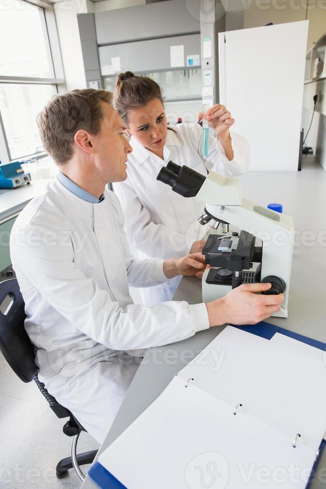jeunes scientifiques travaillant ensemble photo