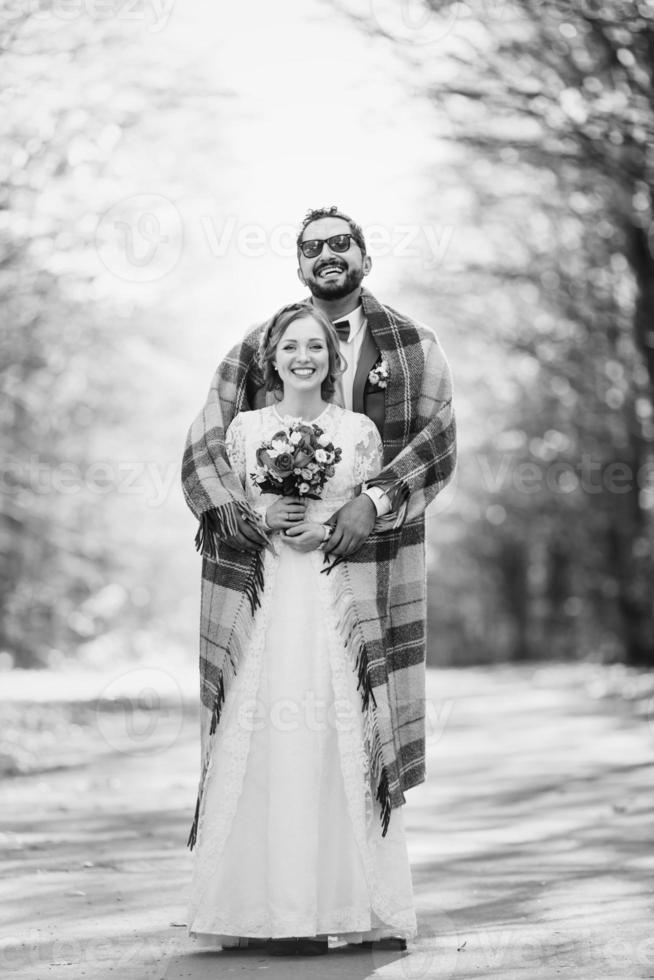 couple d'été de mariage posant ensemble. photo