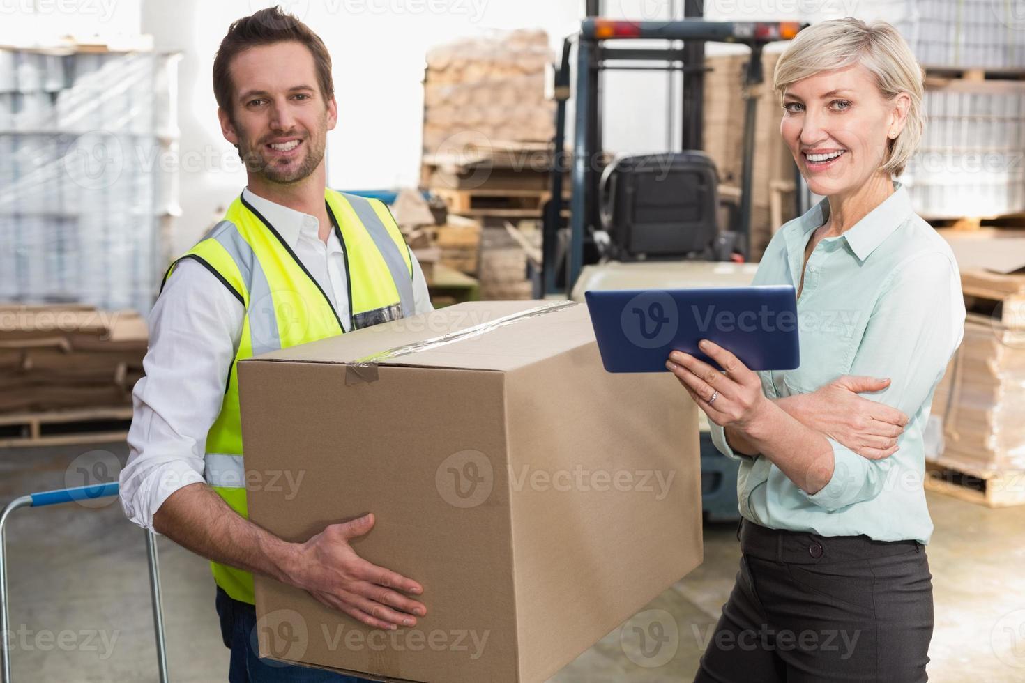 directeur d'entrepôt et contremaître travaillant ensemble photo