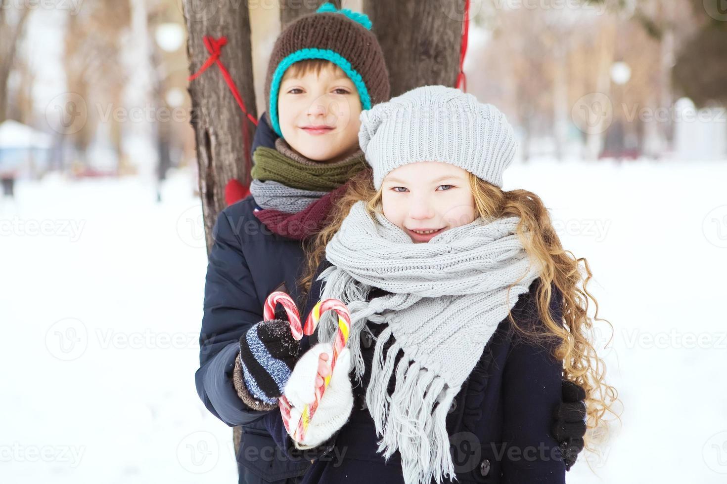 enfants garçon et fille ont joué ensemble. photo