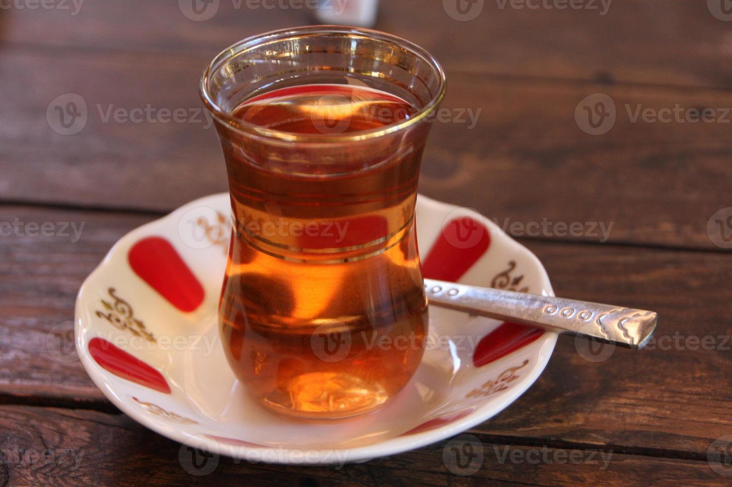 verre délicat de thé turc photo