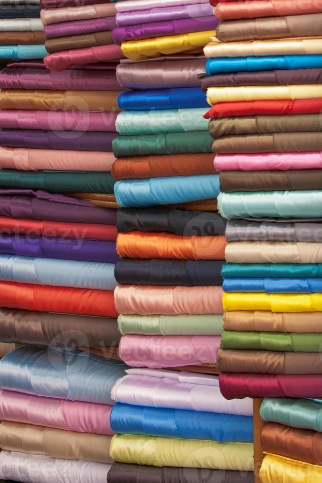 tissus colorés empilés photo