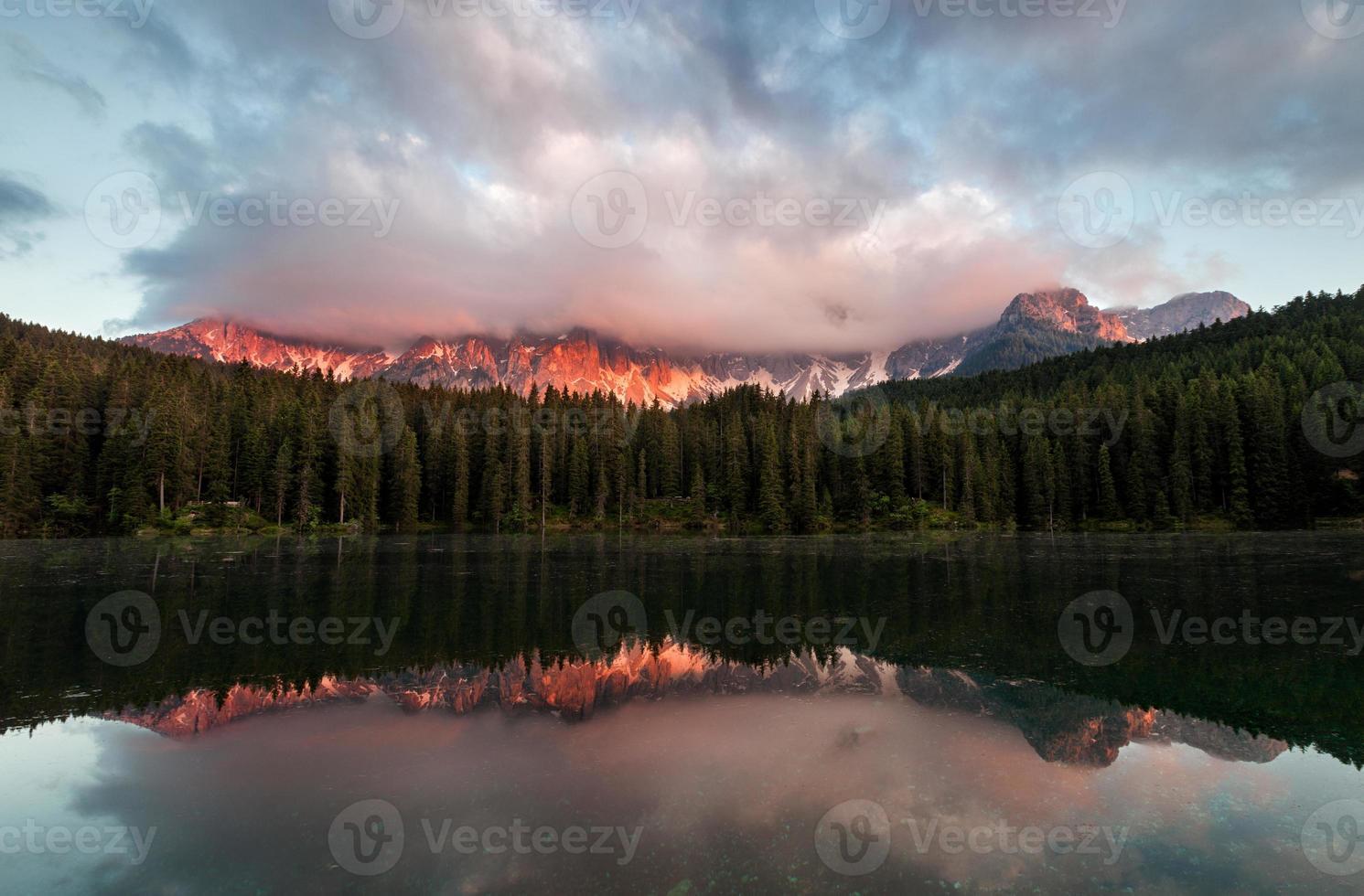 lago di carezza au coucher du soleil photo
