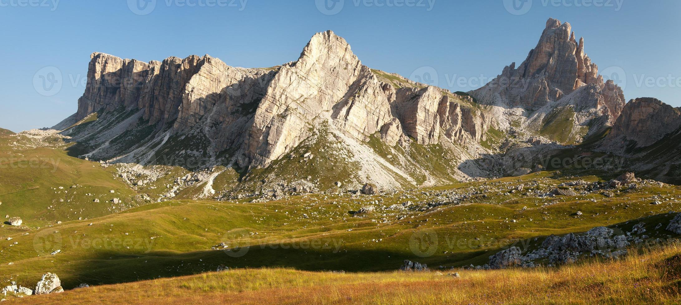 vue panoramique du mont croda da lago photo