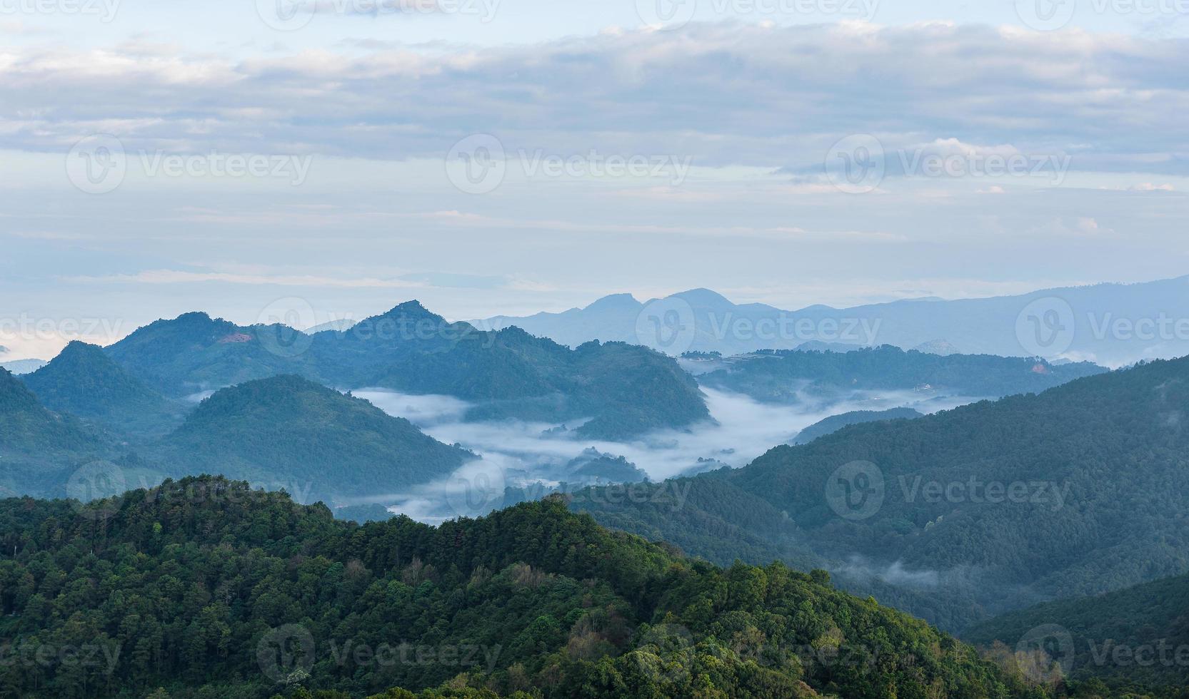 paysage de vallée de montagne brouillard et nuage photo
