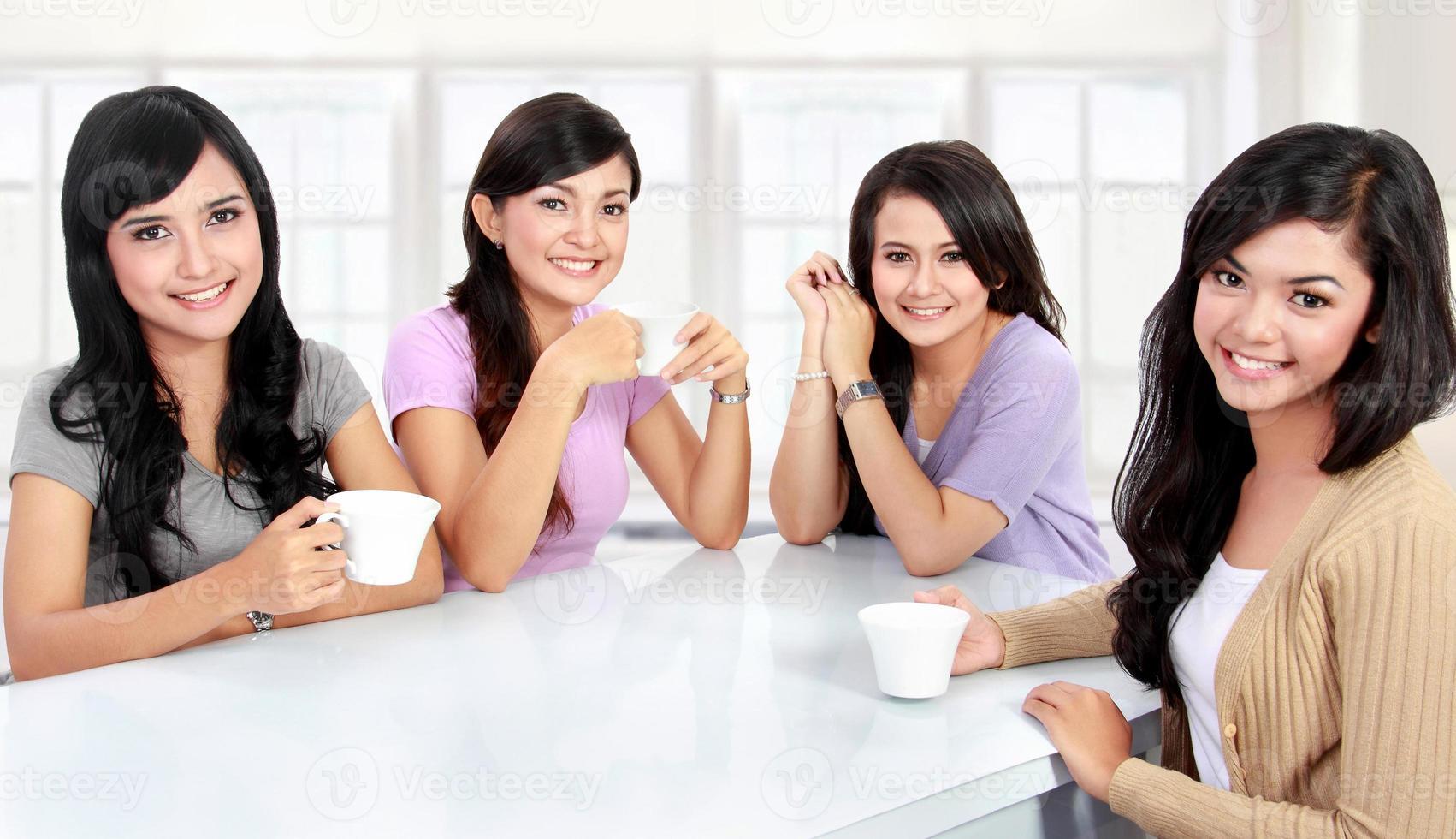 groupe de femmes ayant du temps de qualité ensemble photo