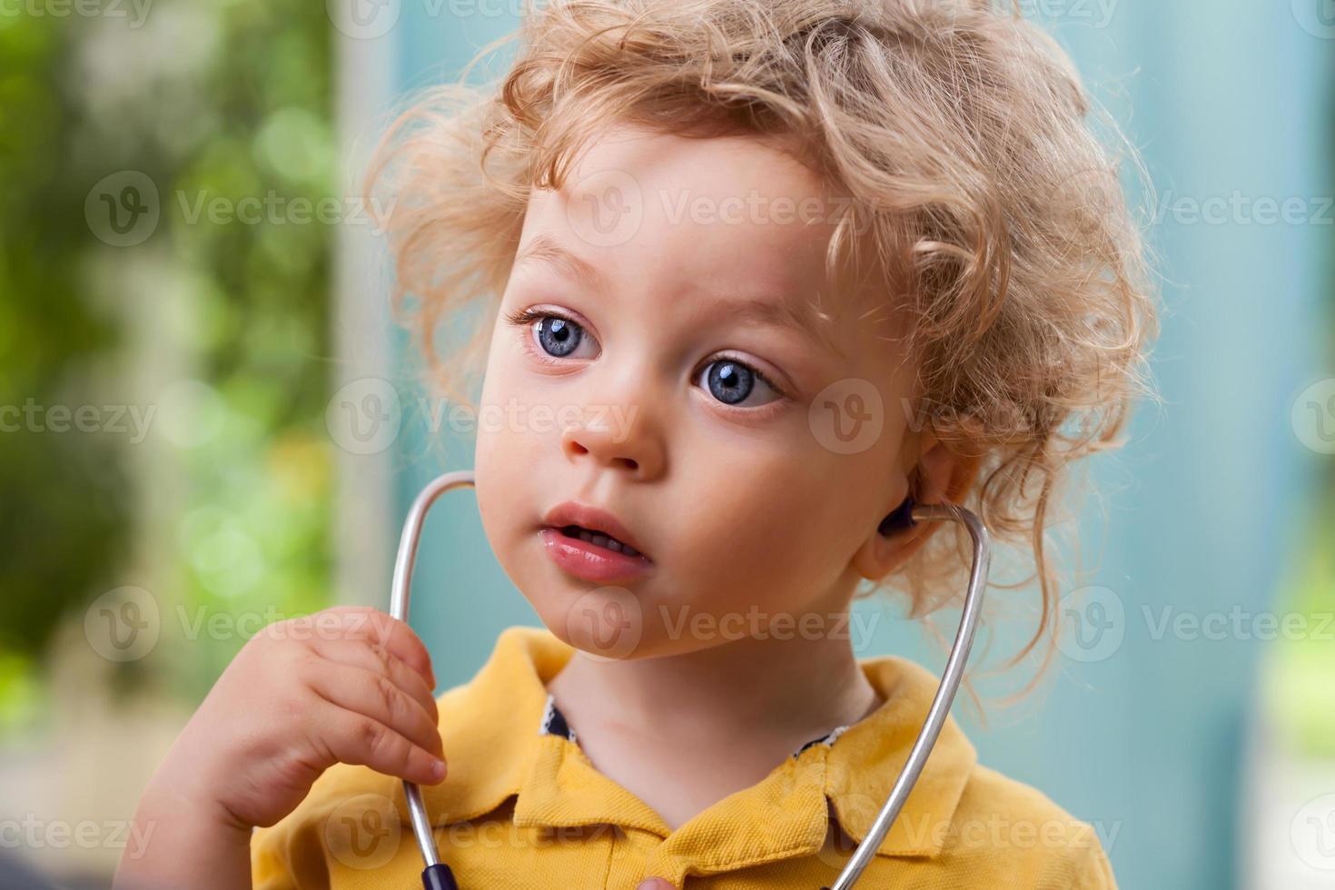 enfant avec un stéthoscope photo