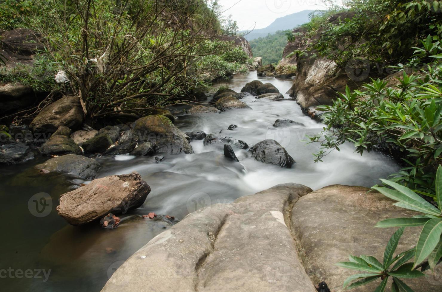 Chattrakan waterfalll dans la forêt profonde de la province de Phitsanulok en Thaïlande photo