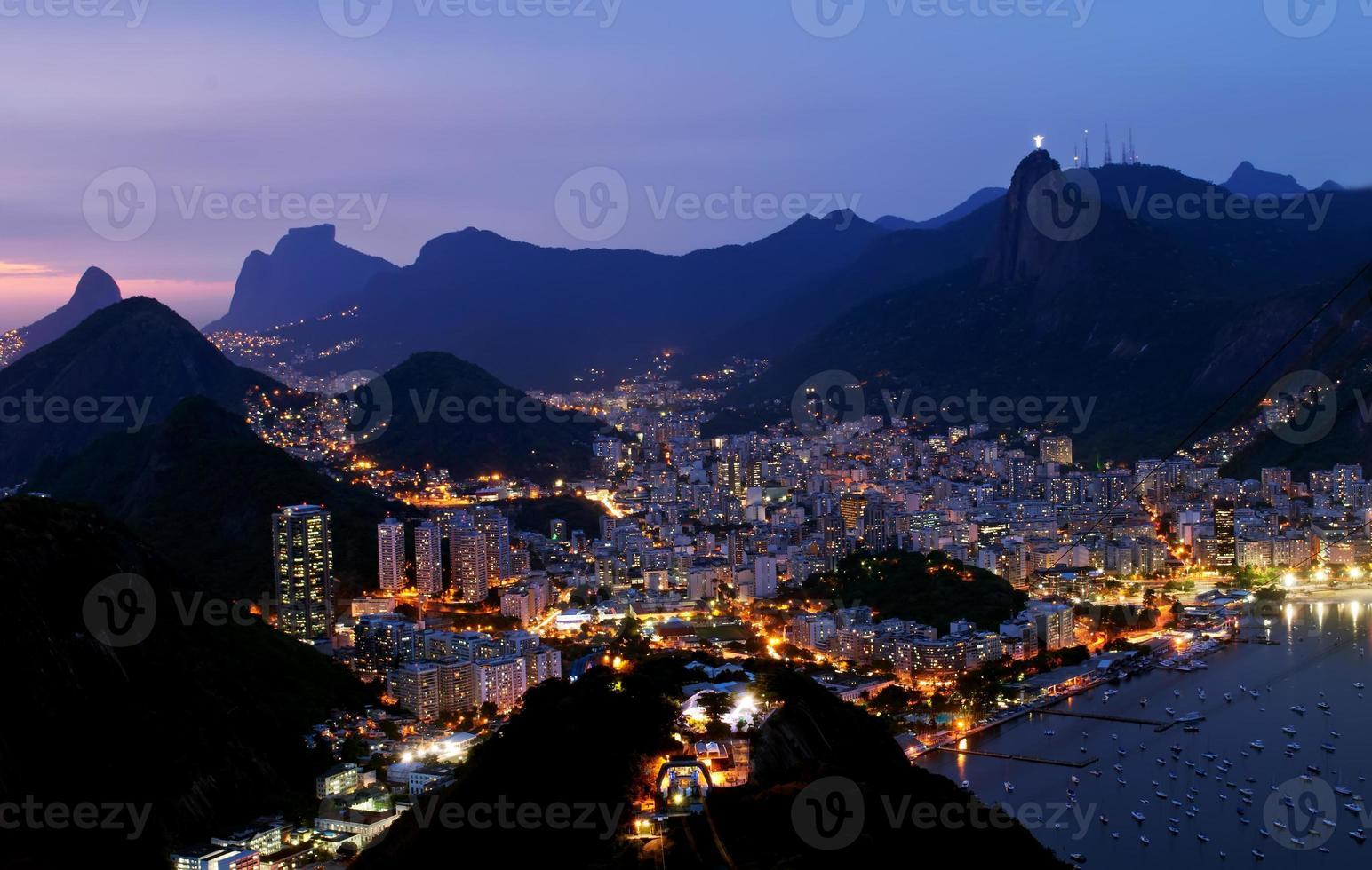 vue de nuit botafogo à rio de janeiro photo