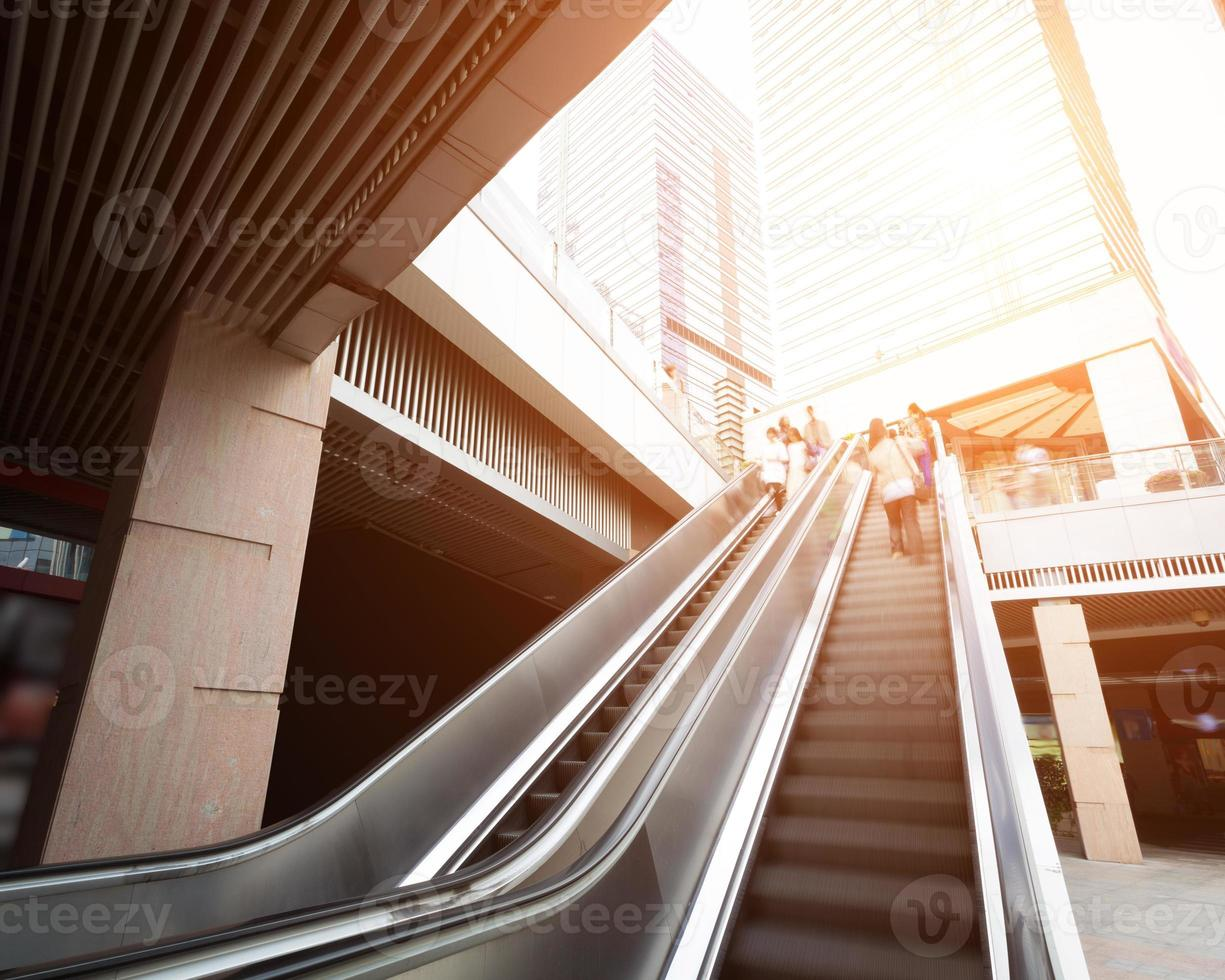 escalator avec flou de mouvement des passagers photo