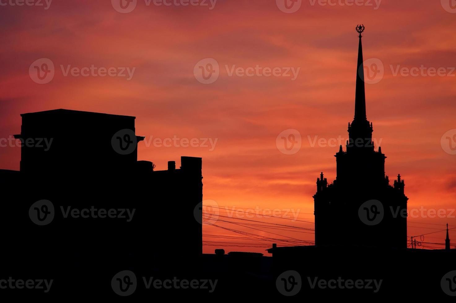Moscou se découpant au coucher du soleil photo
