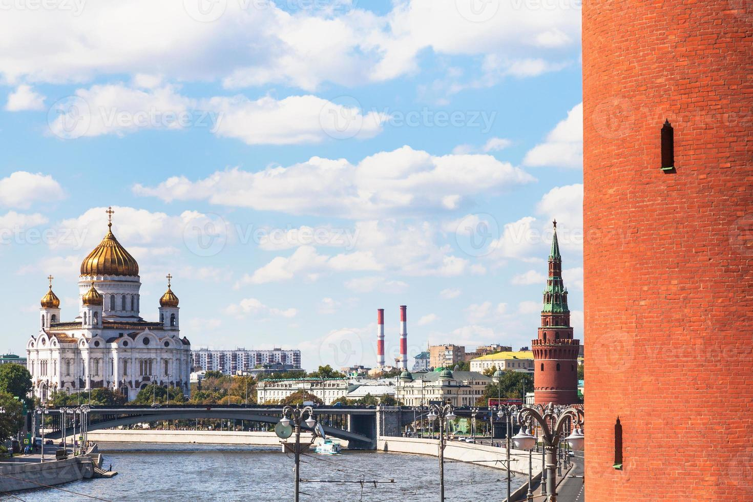 cathédrale du christ sauveur et tours du kremlin photo